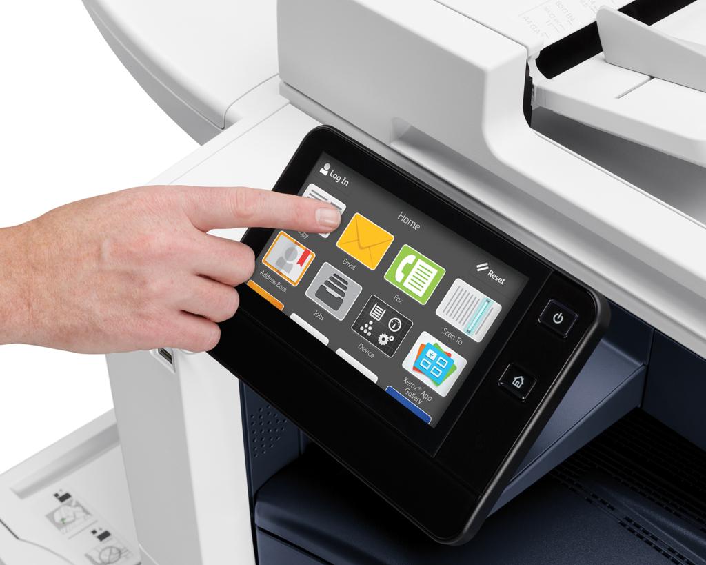 Utilizador a mexer no display da Xerox para impressão