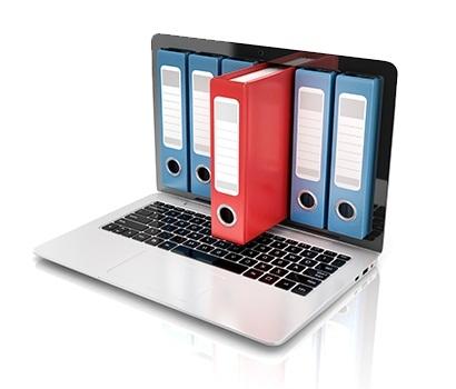 Portátil com arquivos simbolizando a gestão documental