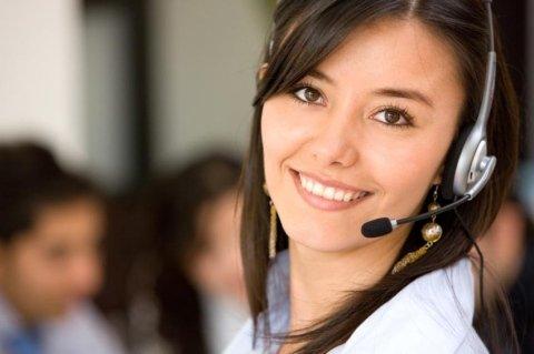 Rapariga no help-desk para assistência técnica xerox