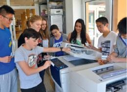 alunos a usar fotocopiadora xerox